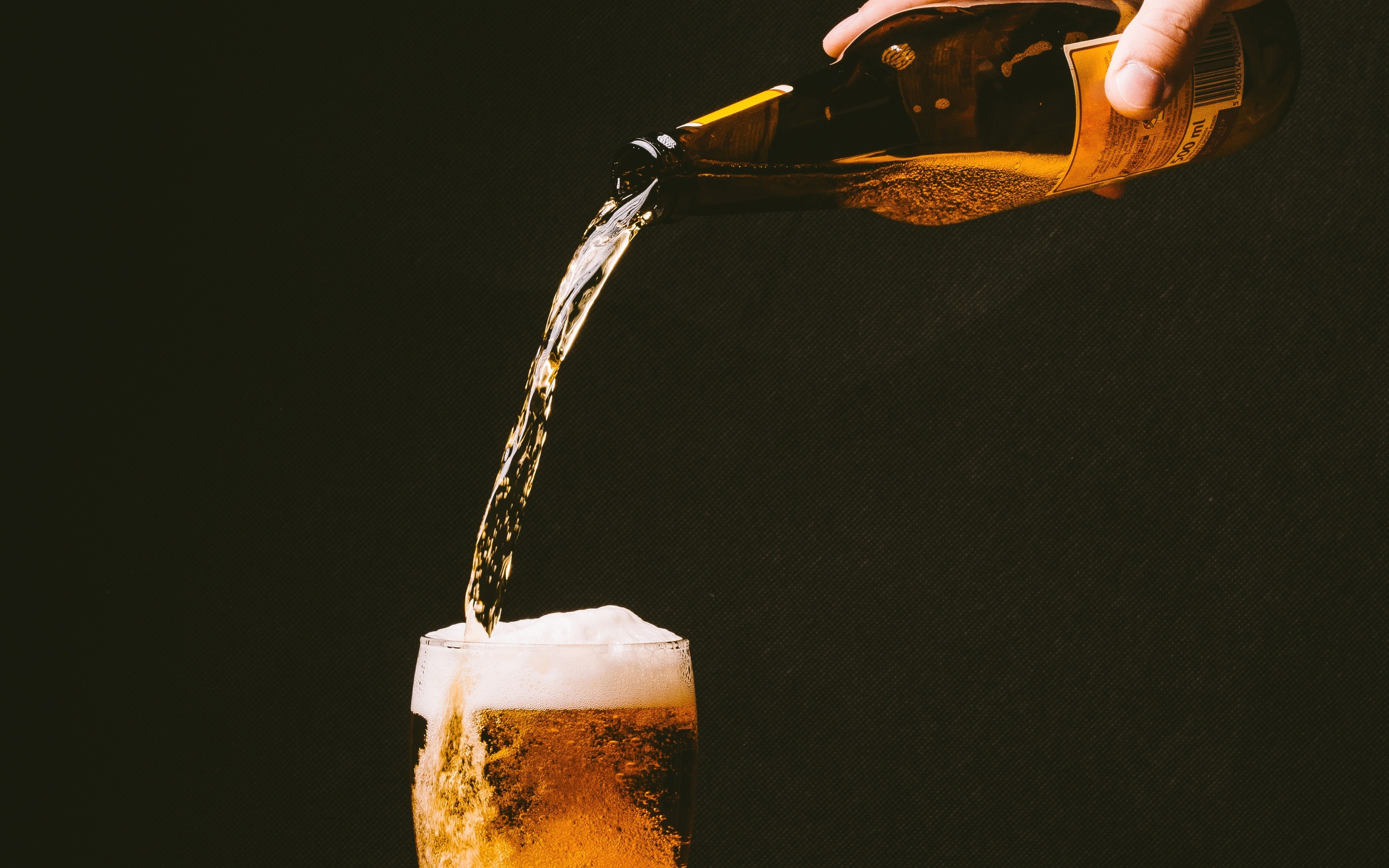 Res: 2880x1800, Drink, cold, hand, alcohol, bar, glass, beer, bottle,