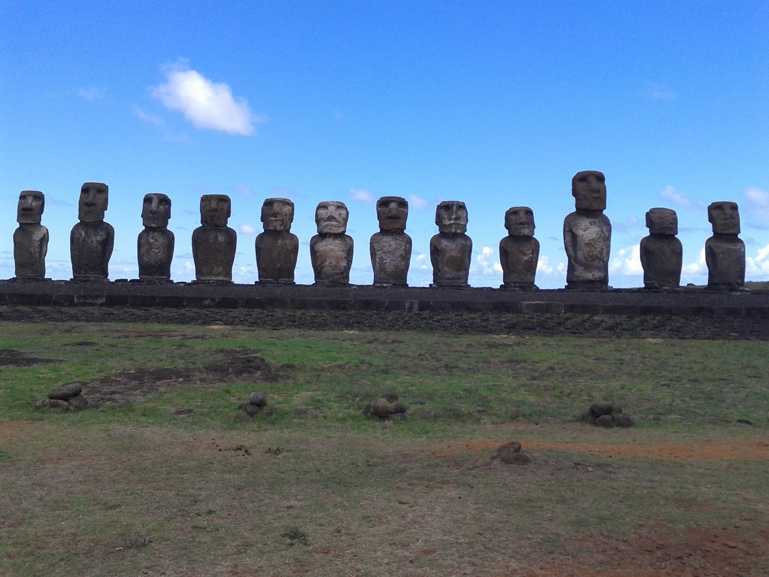 Res: 2560x1920, moai in easter island