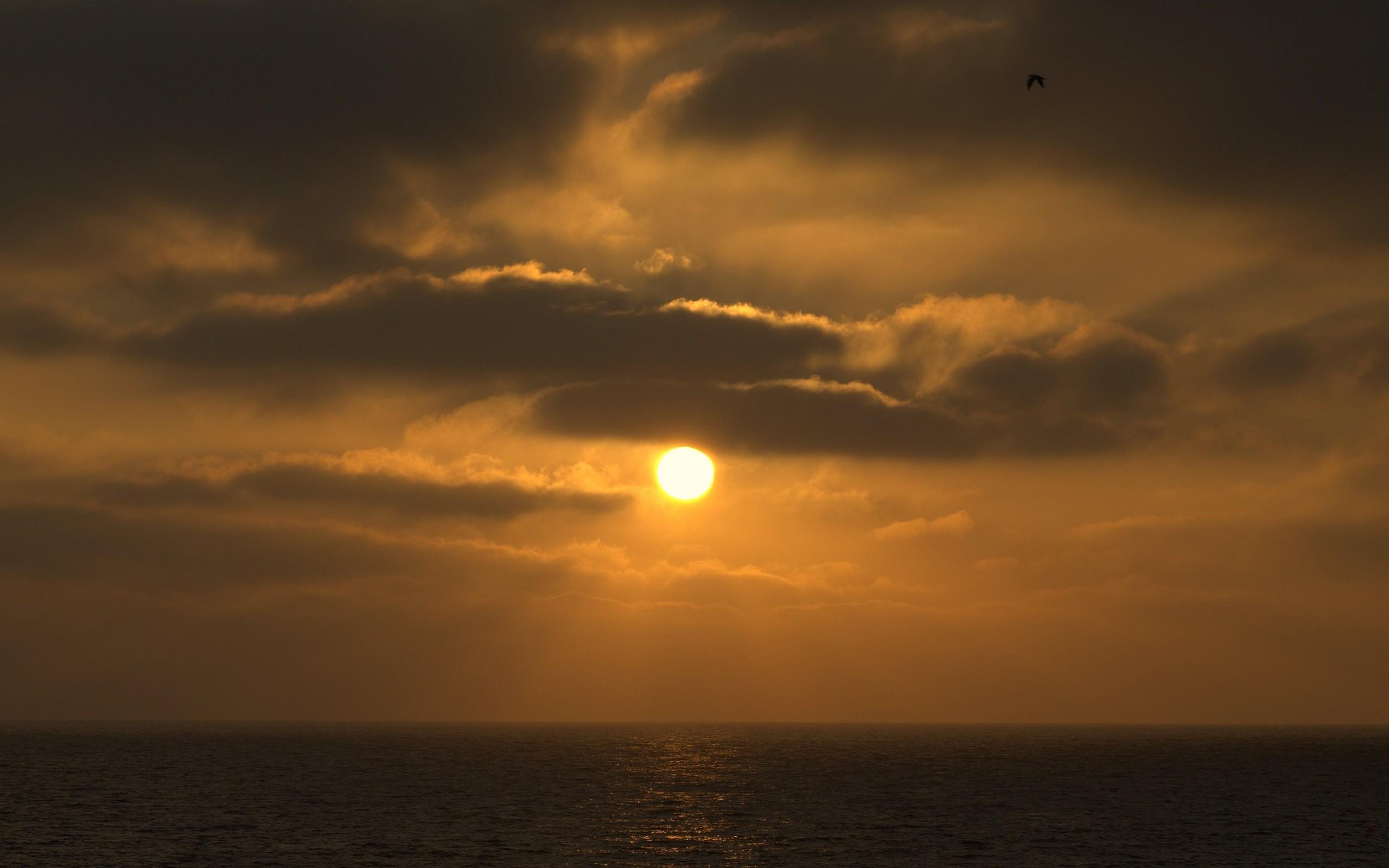 Res: 2560x1600, Sun between the dark clouds
