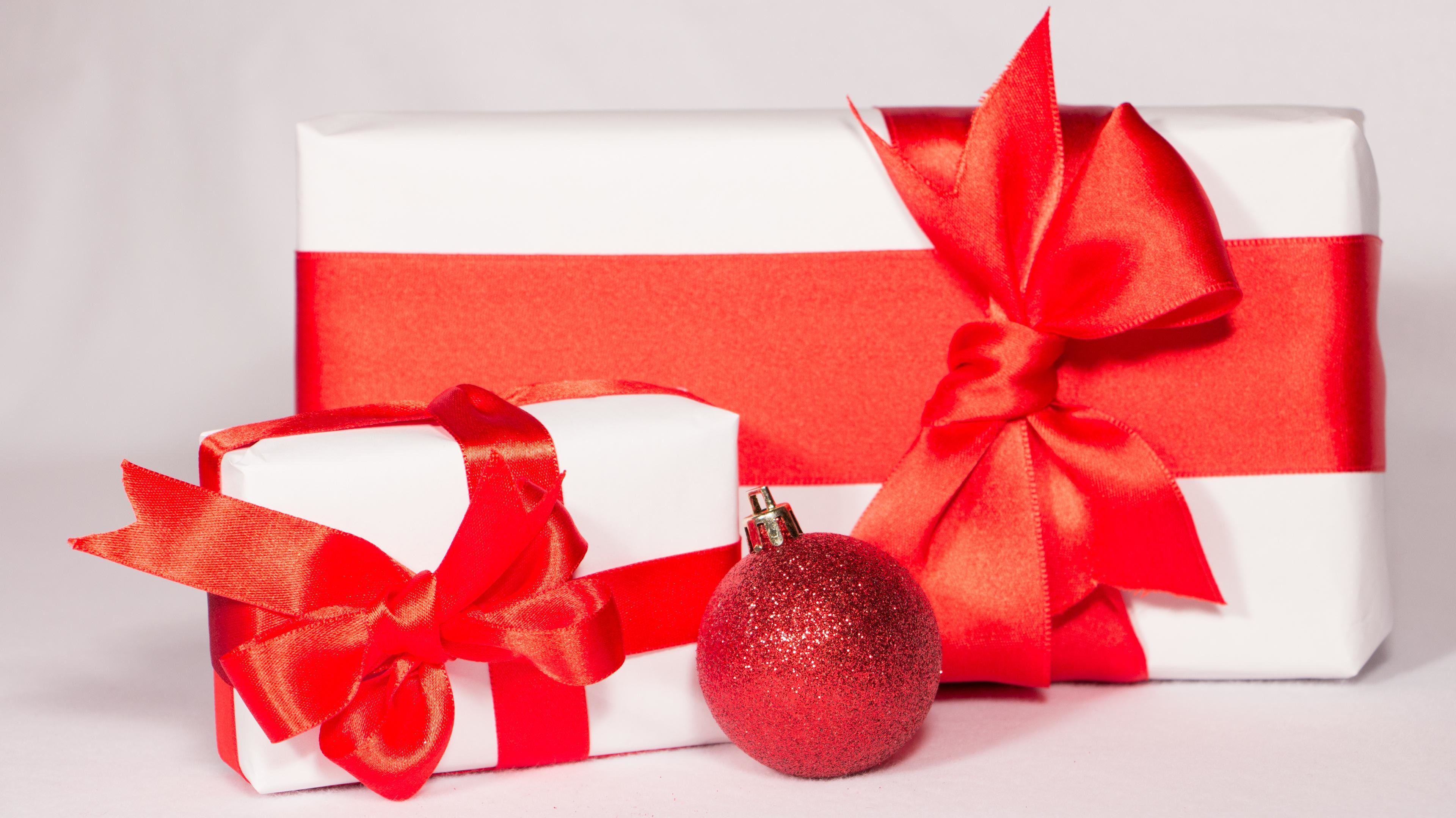 Res: 3840x2160, Christmas presents with a red bauble