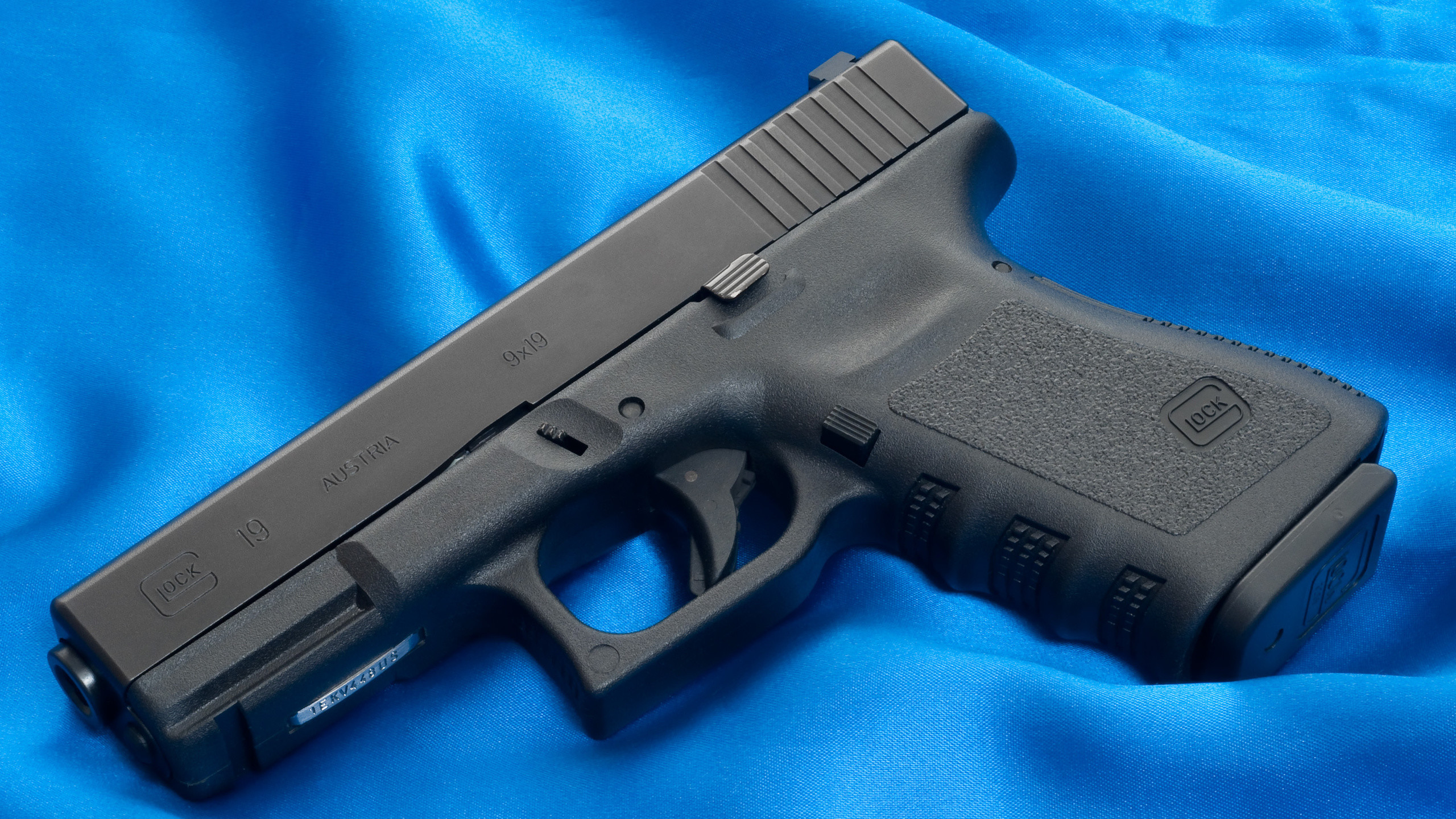 Res: 2560x1440, Weapons, Austria, Canvas, Glock, Blue, 19, Gun, Wallpaper