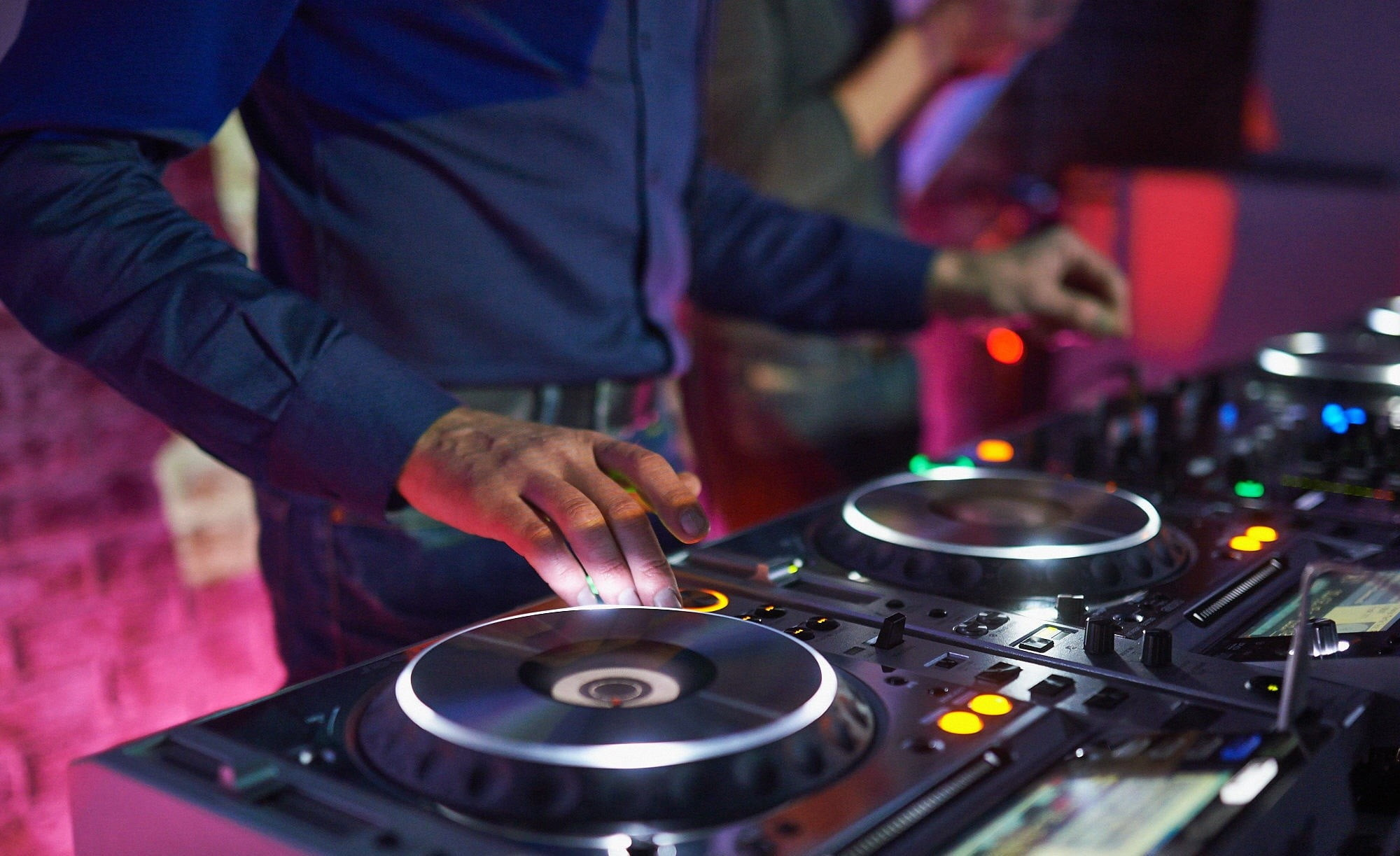 Res: 2000x1223, man playing DJ controller HD wallpaper
