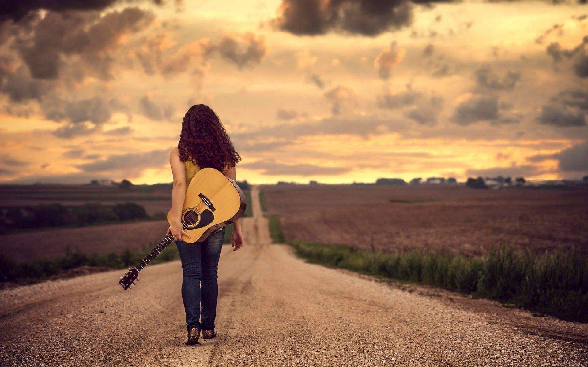 Res: 1920x1200, Mädchen in der Wüste mit einer Gitarre zu Fuß