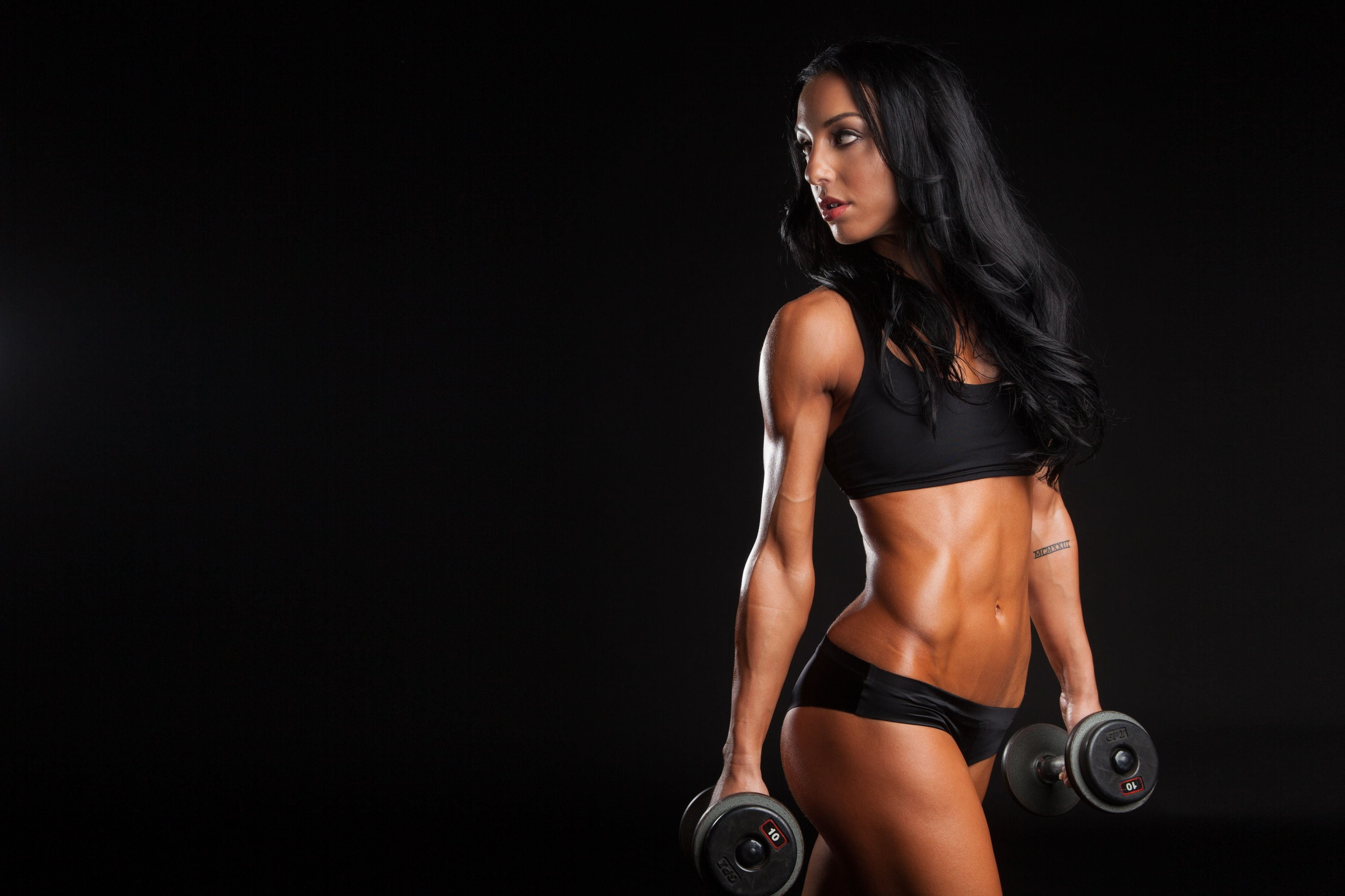 Res: 3096x2064, woman wearing black sport bra while holding dumbbells HD wallpaper