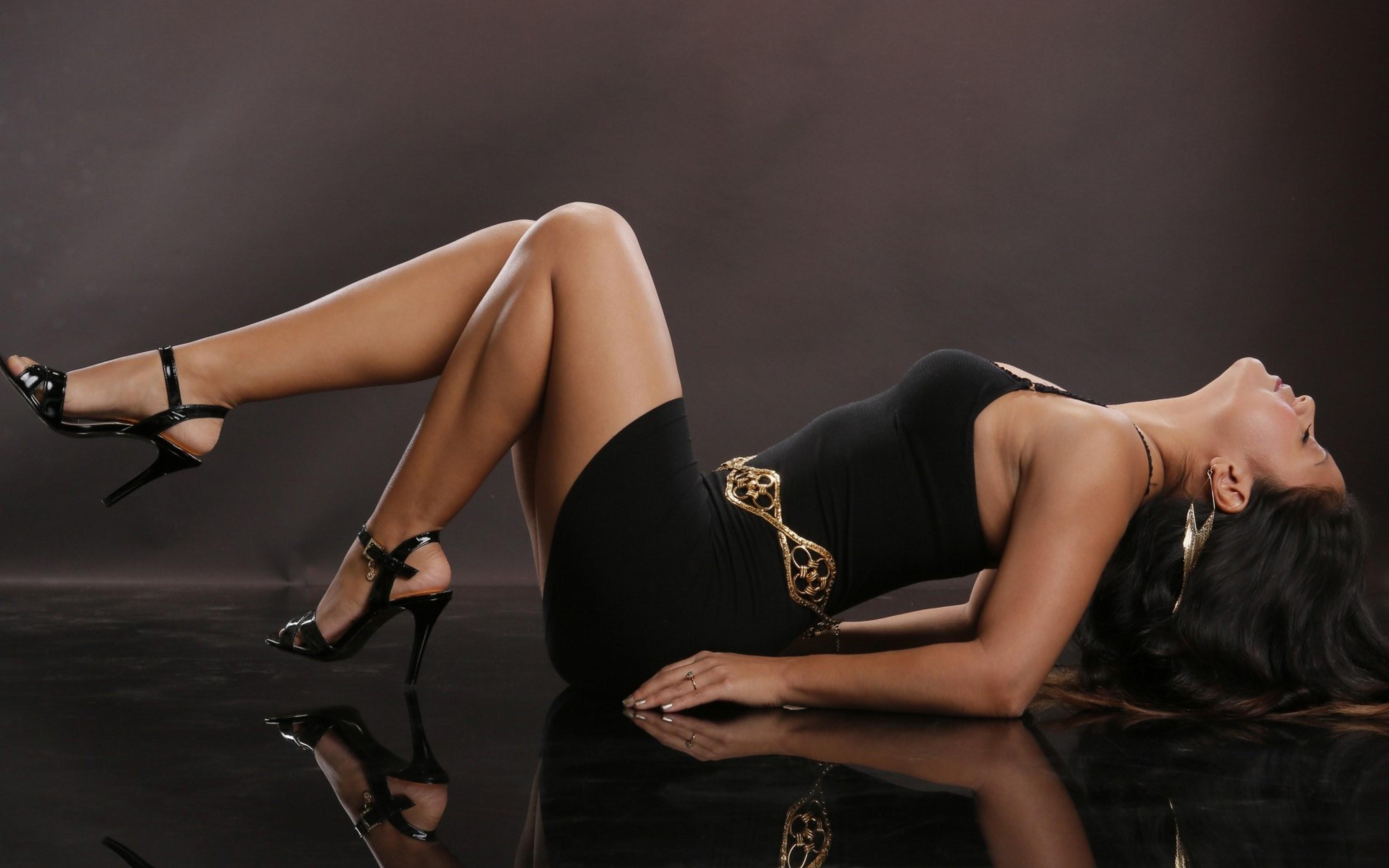 Res: 3360x2100, Pose shoe legs leg black dress model beauty woman wallpaper |  |  488831 | WallpaperUP