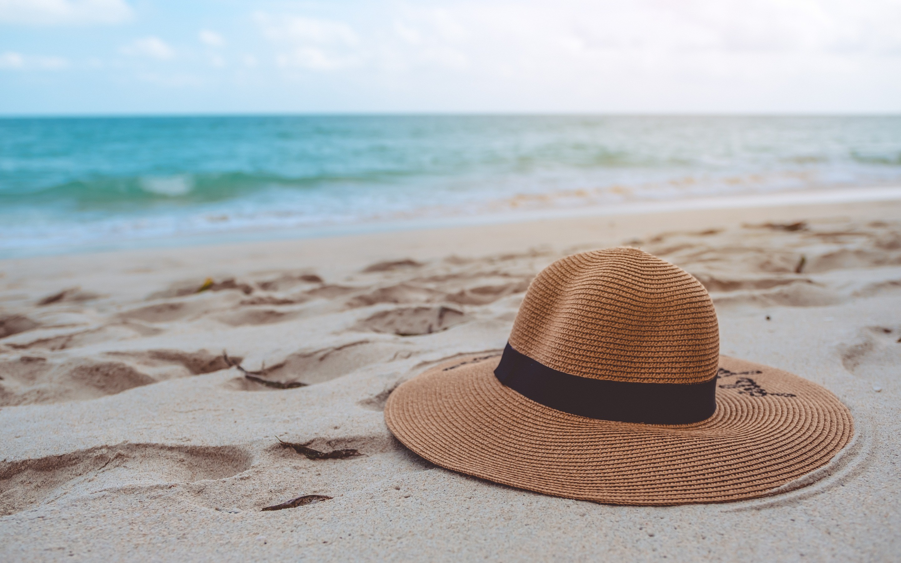 Res: 2880x1800, summer hat, beach, sand, sea, travel concepts, hat in the sand