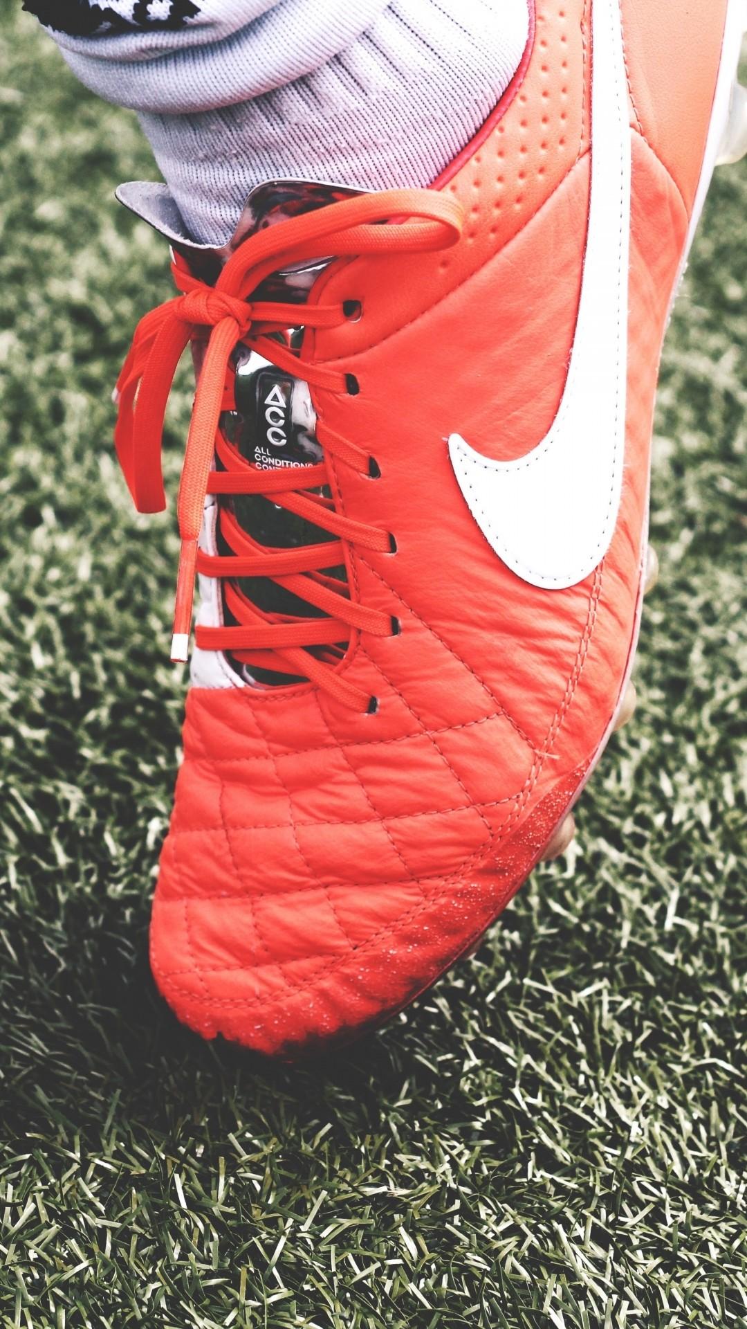 Res: 1080x1920, Nike Fußball Schuhe Rasen iPhone 8 Plus Wallpaper
