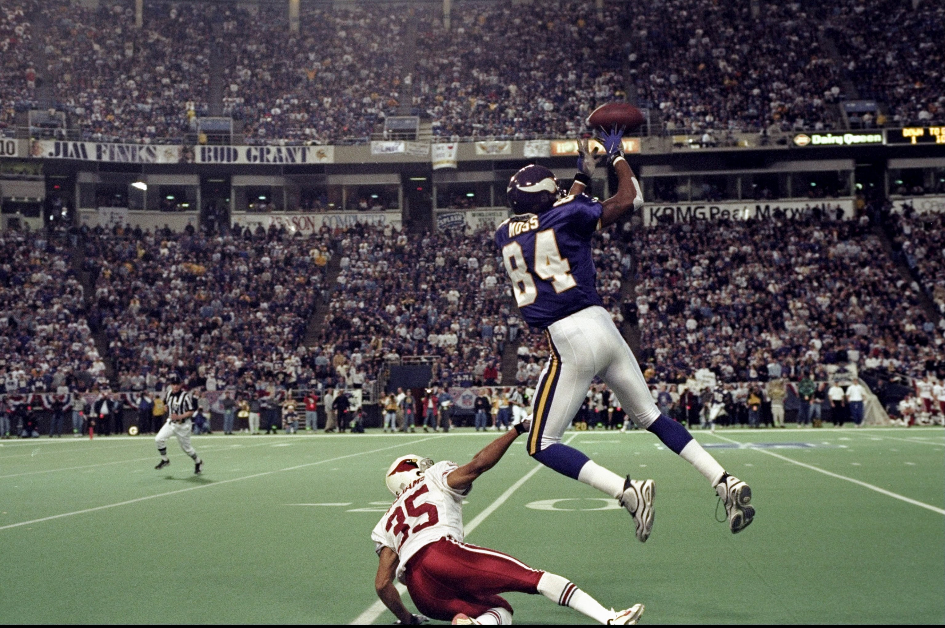 Res: 3072x2040, 10 Jan 1999: Randy Moss #84 of the Minnesota Vikings goes up for a