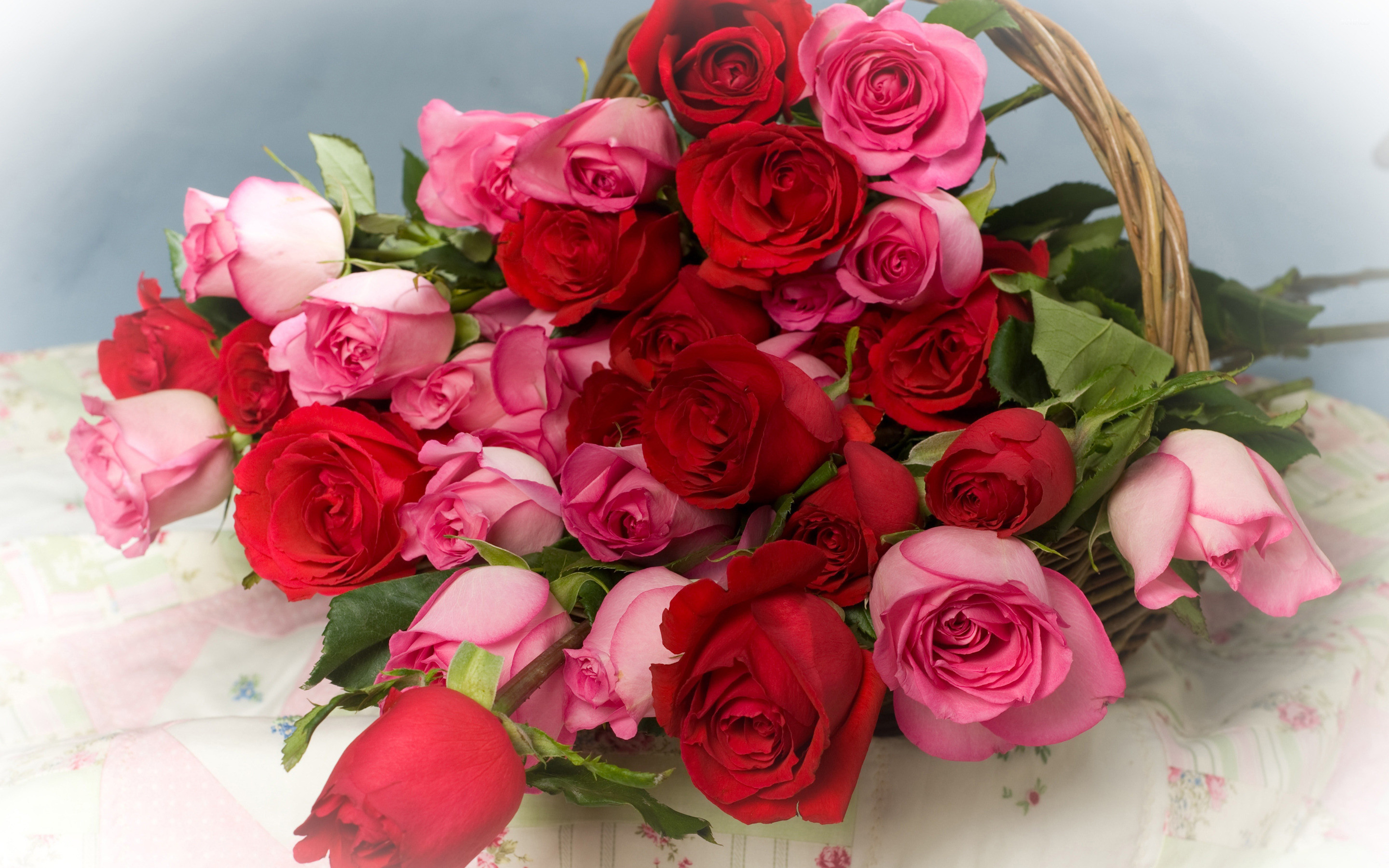 Res: 2880x1800, Pink and red roses in a basket wallpaper
